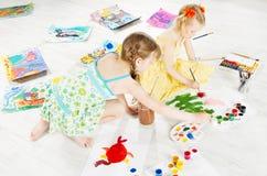 Zwei Kinder, die mit Farbbürste zeichnen Stockbilder