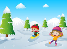 Zwei Kinder, die mit Schnee spielen Stockfotos
