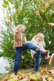 Zwei Kinder, die am Park spielen Stockbild