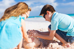 Zwei Kinder, die Sandburg errichten Lizenzfreie Stockfotos