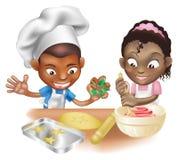 Zwei Kinder, die Spaß in der Küche haben Lizenzfreie Stockfotos