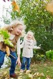 Zwei Kinder, die Spaß im Herbst haben Stockfotos