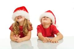 Zwei Kinder, die Spaß zur Weihnachtszeit haben Stockfotografie