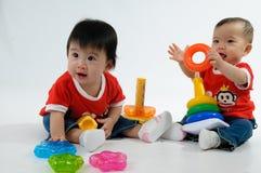 Zwei Kinder, die Spielzeug spielen lizenzfreie stockfotografie