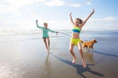 Zwei Kinder, die am Strand spielen Lizenzfreie Stockfotos