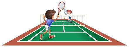 Zwei Kinder, die Tennis spielen Stockbilder