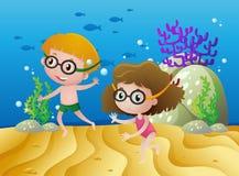 Zwei Kinder, die unter dem Meer tauchen stock abbildung