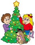 Zwei Kinder, die Weihnachtsbaum verzieren Lizenzfreies Stockfoto