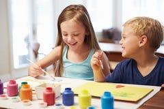 Zwei Kinder, die zu Hause Bild malen Stockfoto