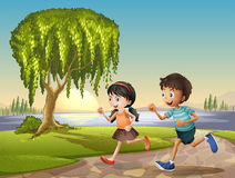 Zwei Kinder, die zusammen laufen Lizenzfreie Stockfotografie