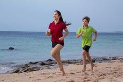 Zwei Kinder, die zusammen an Morgen exersises laufen stockbilder