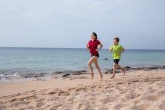 Zwei Kinder, die zusammen an Morgen exersises laufen stockfoto