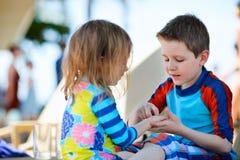 Zwei Kinder, die zusammen spielen Lizenzfreies Stockfoto