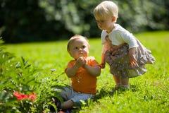 Zwei Kinder draußen Lizenzfreies Stockbild