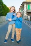 Zwei Kinder draußen Stockbilder