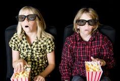 Zwei Kinder an einem furchtsamen 3-D Film Stockfotos