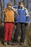 Zwei Kinder in einem Waldpark Stockfotos