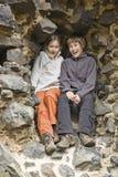 Zwei Kinder an einer steinigen Wand Lizenzfreie Stockbilder