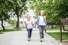 Zwei Kinder gehen zur Schule Das Konzept der Schule, Studie, Bildung, Freundschaft, Kindheit stockfotografie