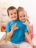 Zwei Kinder in ihrem Raumspielen Stockfotografie