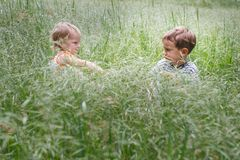 Zwei Kinder im Gras Stockfotografie