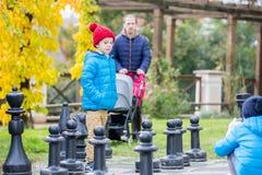 Zwei Kinder, Jungenbrüder, Schach mit enormen Zahlen in t spielend Stockbilder