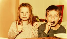 Zwei Kinder machen Gesichter Junge gibt Daumen auf und Mädchen klatscht den Schlag Lustiges und Kinderkonzept add lizenzfreies stockfoto