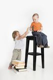 Zwei Kinder mit Büchern lizenzfreies stockbild