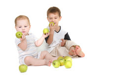 Zwei Kinder mit grünen Äpfeln Stockfotografie