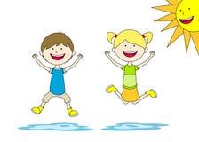 Zwei Kinder springen Stockfoto
