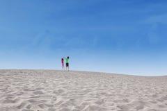 Zwei Kinder springen auf Wüste Stockfotografie