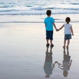 Zwei Kinder am Strand Stockfotografie