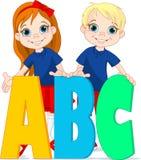 Zwei Kinder und Buchstaben Stockfotos