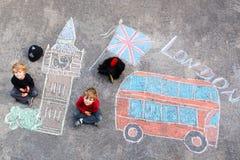 Zwei Kinderjungen in der britischen Soldatpolizistuniform Stockbilder