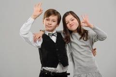 Zwei Kinderumarmen stockfoto