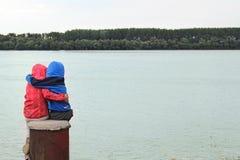 Zwei Kinderumarmung Lizenzfreie Stockfotografie