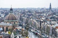 Zwei Kirchen und ein Kanal in Amsterdam stockfotografie