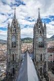 Zwei Kirchtürme der Basilika von Quito Stockfotos