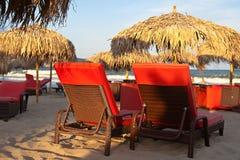Zwei Klappstühle auf dem Strand Stockbilder