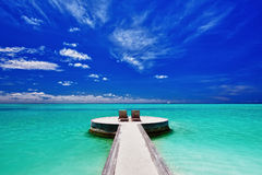 Zwei Klappstühle auf erstaunlichem tropischem Strand Lizenzfreies Stockfoto