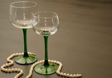 Zwei klassische grüne aufgehaltene Wein-Gläser stockfotografie