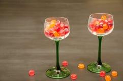 Zwei klassische grüne aufgehaltene Wein-Gläser mit Süßigkeit lizenzfreies stockfoto