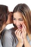 Zwei Klatschjugendlichmädchen, die einem Geheimnis sagen Lizenzfreies Stockbild