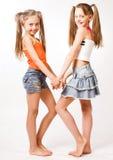 Zwei kleine blonde Mädchen Stockfotografie