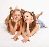 Zwei kleine blonde Mädchen Lizenzfreies Stockfoto