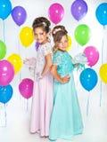 Zwei kleine Brautjungfern mit Blumensträußen Lizenzfreies Stockfoto