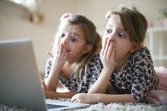 Zwei kleine entsetzte Mädchen lizenzfreie stockfotos