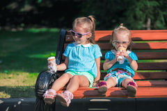 Zwei kleine entzückende Schwestern, die Eiscreme essen lizenzfreie stockfotografie