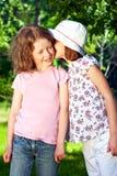 Zwei kleine flüsternde Mädchen Stockfotografie