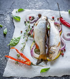 Zwei kleine frische Flussfische auf einem Blatt von Lizenzfreies Stockfoto